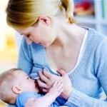 Buikspieren trainen na bevalling, vrouw die borstvoeding geeft