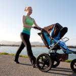 Buikspieren trainen na bevalling, vrouw loopt met de kinderwagen