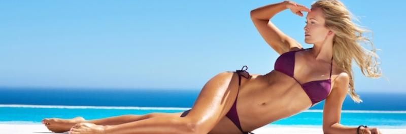 hoe kan ik het beste buikvet verminderen, vrouw in bikini op het strand