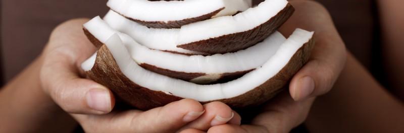 hoe raak ik buikvet kwijt zonder dieet, vrouw met kokosnoot in handen