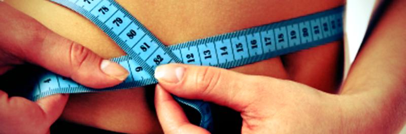 hoe raak ik buikvet kwijt zonder dieet, vrouw met centimeter rond taille