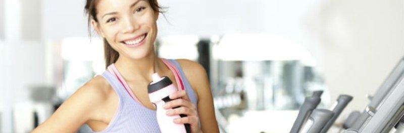 hoe verlies je gewicht, vrouw die water drinkt tijdens trainen