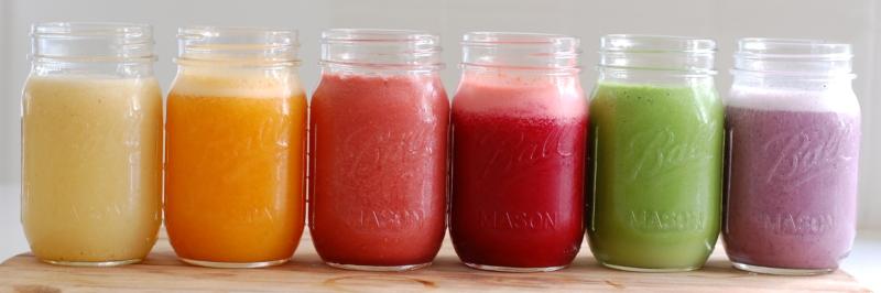 makkelijke smoothies, diverse gekleurde smoothies in glazen potten