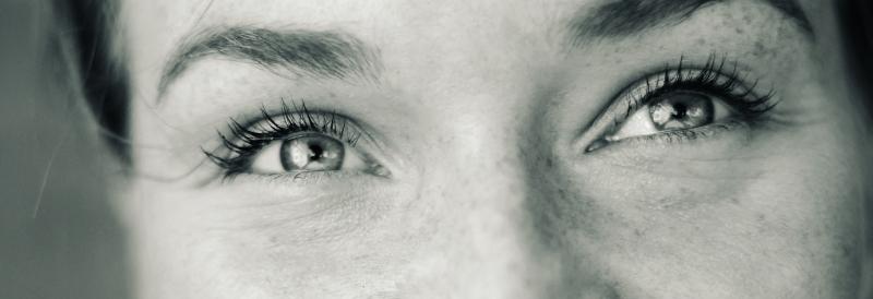 vermageren, een gelukkige vrouw, zwart wit foto van haar lachende ogen